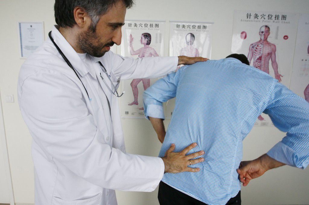 Разработкой реабилитационной программы занимается врач