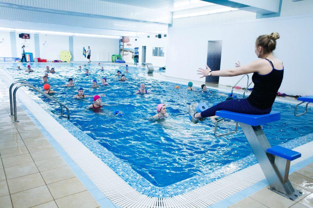 Инструктор обучает больных упражнениям