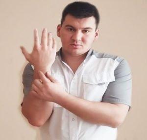 Потеря мышечного тонуса рук