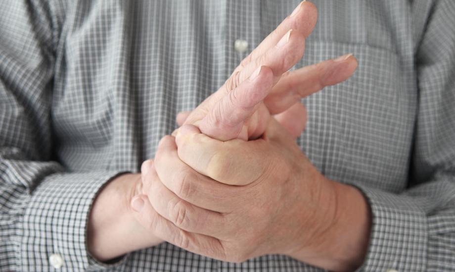 Происходит онемение не только сломанного пальца, но и здоровых