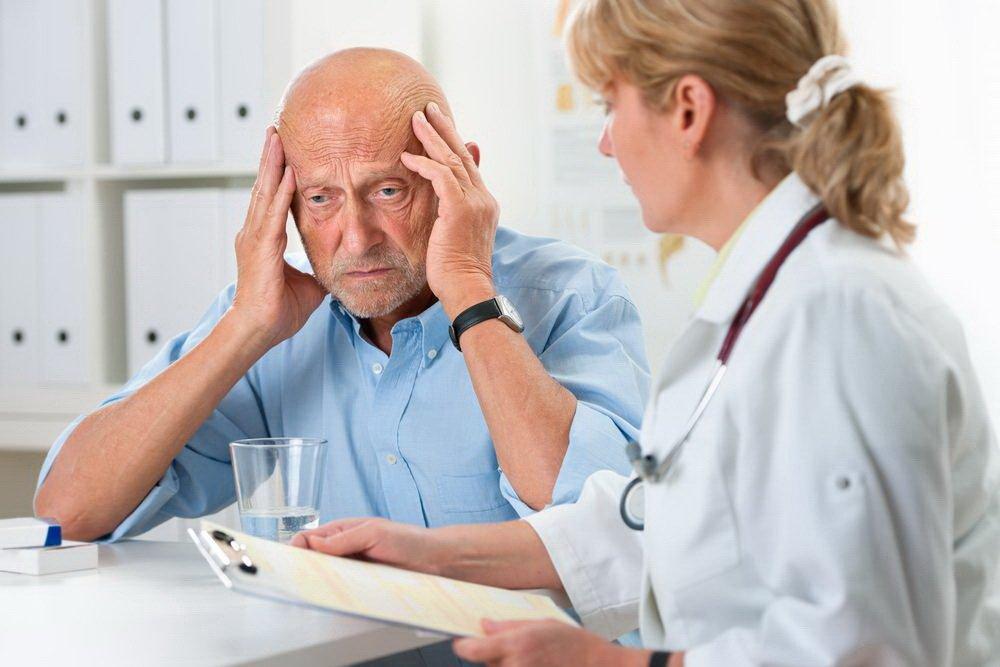 Ставит диагноз, выясняет причины заболевания невролог