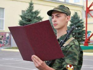 Согласно постановлению №64, больные с артрозом коленного сустава не могут проходить военную службу в армии