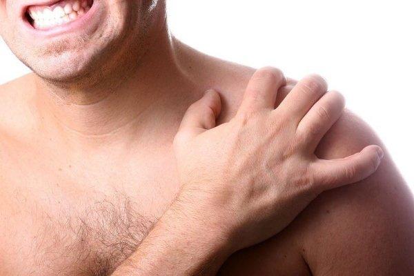Травмирование шеи, спины или ключицы не развивают болезнь.