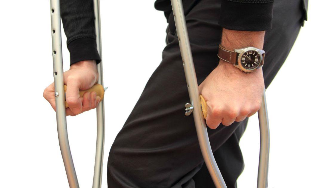 Больной может использовать костыли