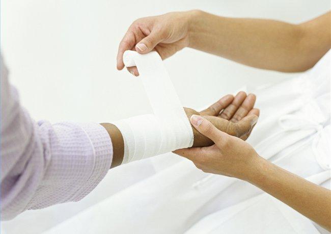 Если рука немеет бинт должен быть ослаблен