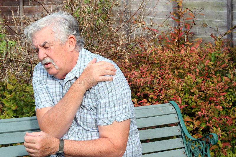 Ушибы плеча у пожилых лиц