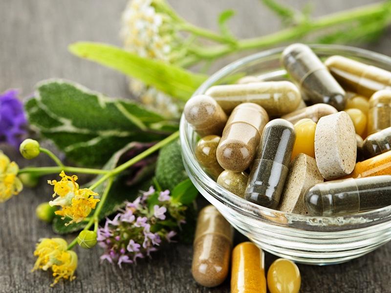 Не стоит пытаться заменить аптечные лекарственные препараты народными рецептами